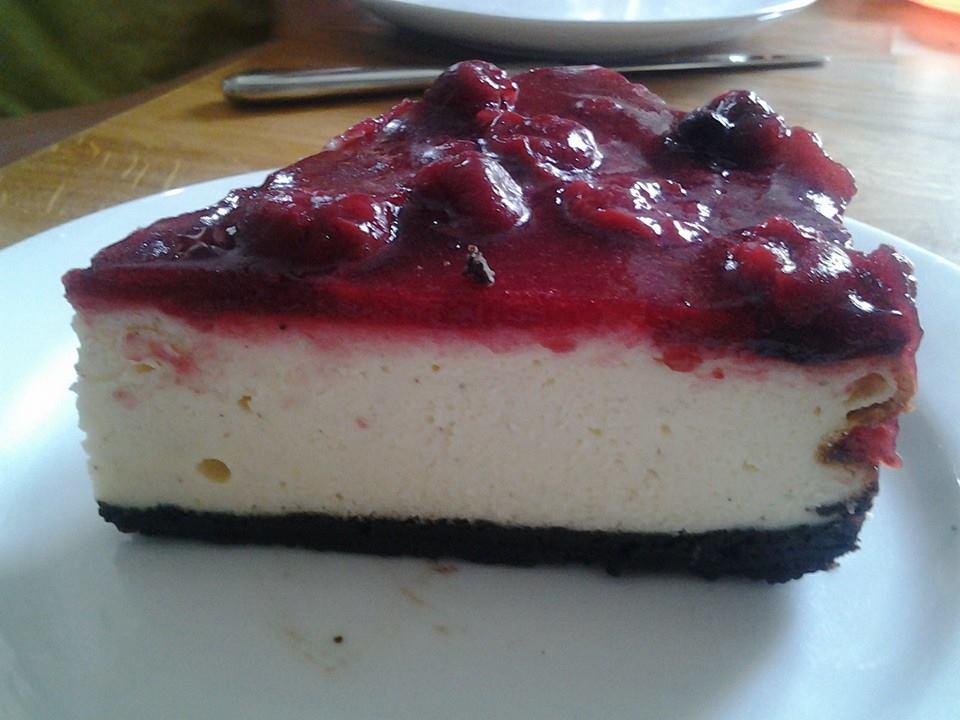 gebackene topfentorte neudeutsch cheesecake mit oreo boden und mischung rote kirsch gr tze. Black Bedroom Furniture Sets. Home Design Ideas